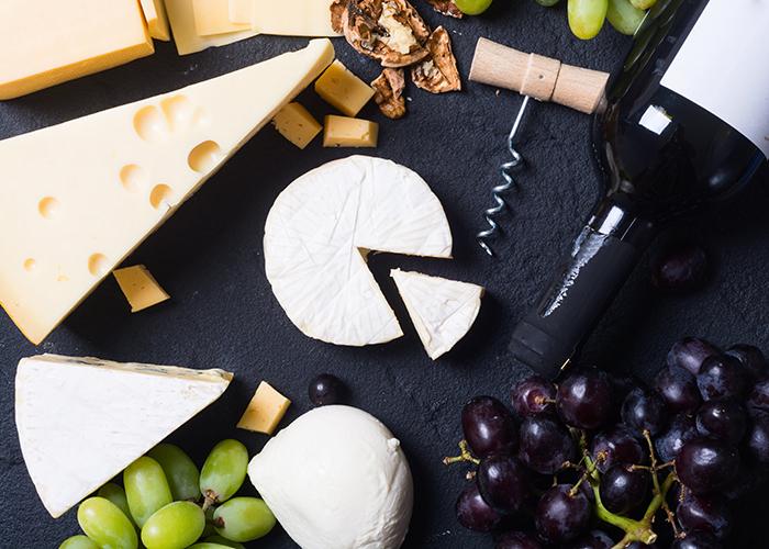 様々な種類のチーズとワイン