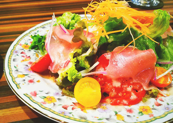 生ハムと色とりどりな野菜のサラダ