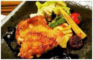 色とりどりの野菜が添えられた香取市産錦爽どりのオーブンロースト