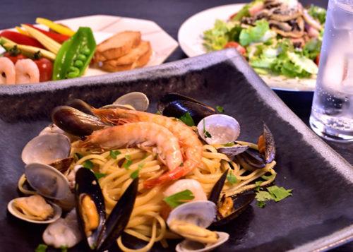 大きな海老が2本乗ったボンゴレビアンコと前菜とサラダとドリンク
